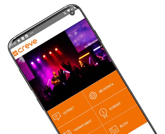 Kuvassa Creven mobiiliappin etusivu puhelimen näytöllä, valikkoina näkyvät uutiset, neuvonta, tapahtumat, kurssit ja blogi, yläosassa kuva tapahtumasta, jossa bändi lavalla ja yleisöä kädet ylhäällä.