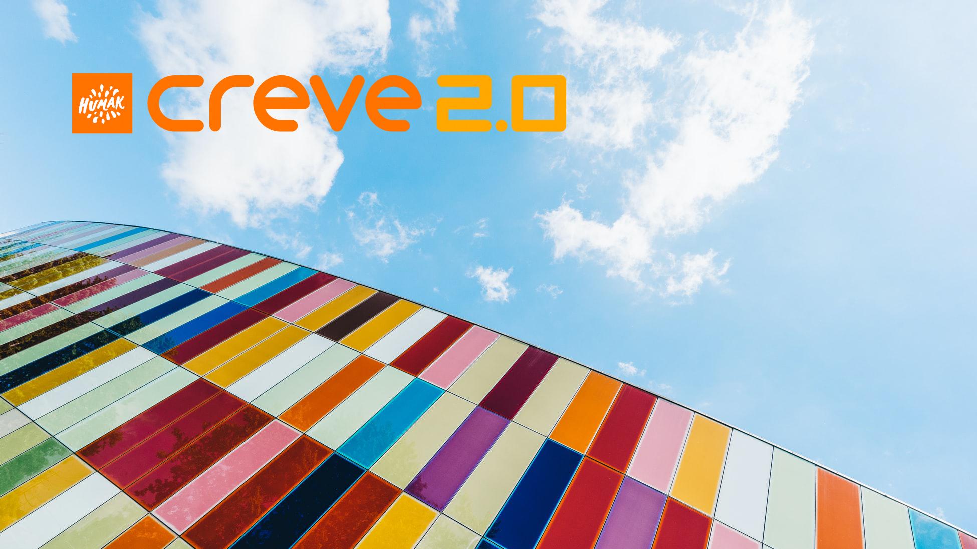 Monenkirjava seinä, jonka yllä taivasta ja Creve 2.0 -hankkeen logo.
