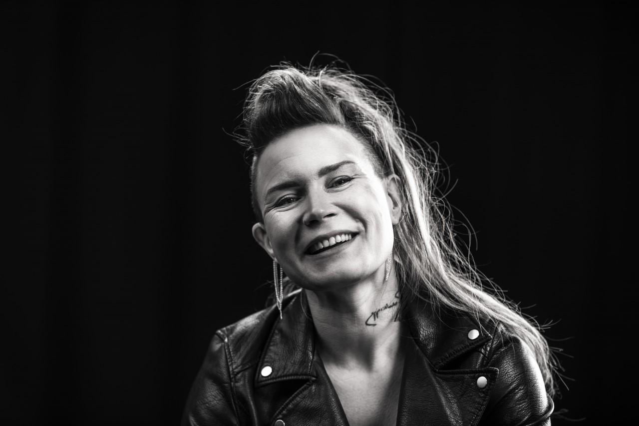 Jenni Ahtiainen, DeafMetal. Kuvassa yrittäjä Jenni Ahtiainen hymyilee kameralle.