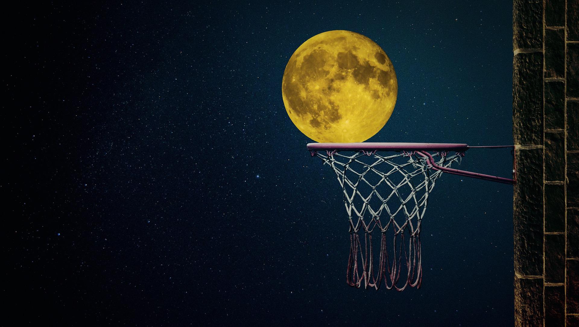 Kuvituskuva: koripalloteline, jonne on tipahtamassa kuu taivaalta